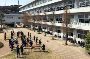 新年度を迎え、4月13日(木)、14日(金)の昼休みに本校の中庭で、音楽部の合唱団と吹奏楽団がそれぞれミニコンサートを行いました。生徒達は思い思いに中庭やベランダで演奏を楽しみました。